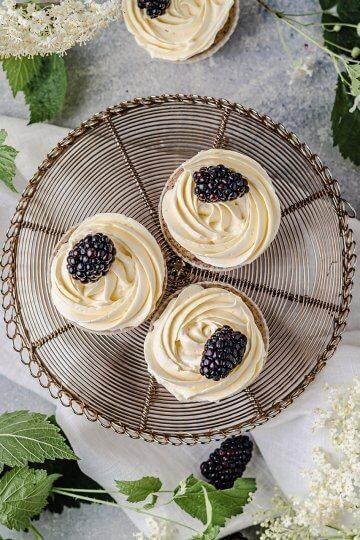 mohn-holunder-cupcakes-brombeeren